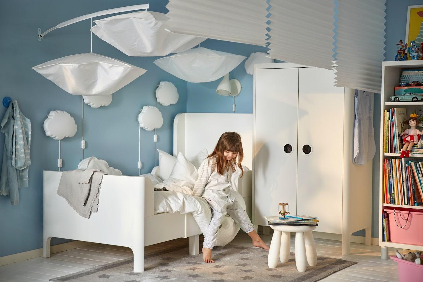 Łożko i szafa z serii BUSUNGE w błękitnym pokoju dziecięcym.