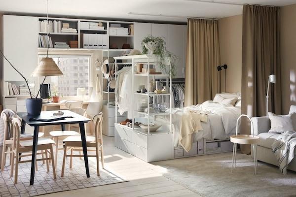 Łóżko sypialniane w salonie