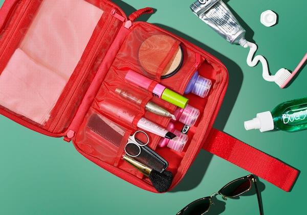 لقطة من أعلى لحقيبة إكسسوارات مفتوحة تحتوي على أدوات للزينة.