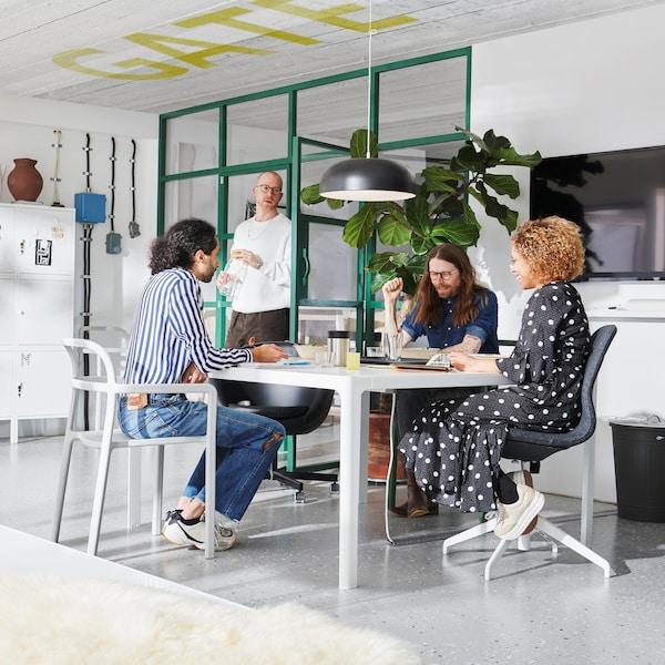 ludzie siedzący w okół stołu w biurze