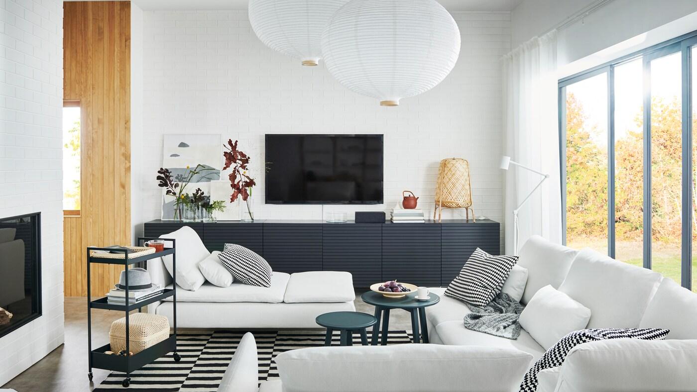 Luftigt vardagsrum med stor SÖDERHAMN soffa, schäslong och BESTÅ förvaring med dörrar.