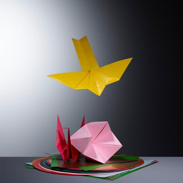 LUSTIGT-origamipaperia on saatavana 13 kirkkaassa värissä ja 3 eri muodossa.