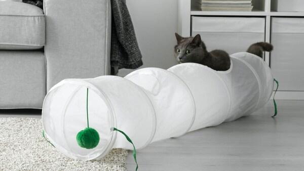 LUVRIG Spieltunnel in weiß mit einer grauen Katze