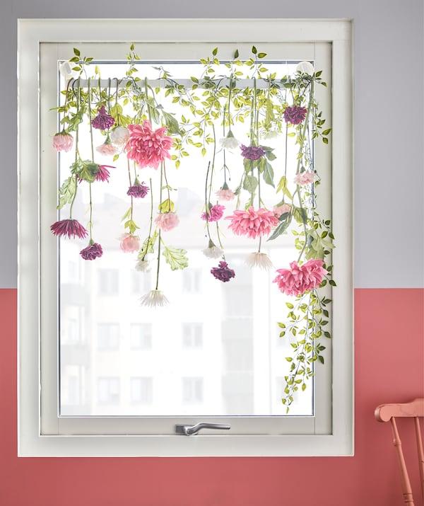 مع علاقة المناشف ذات اللاصقات المطاطية STUGVIK من ايكيا وبعض الزهور الاصطناعية، يمكنك إنشاء حل نافذة سهل. تثبت اللاصقات المطاطية بشكل محكم على الزجاج بدون ثقوب. قمنا بلف زهور اصطناعية وكروم مثل القرنفل الأبيض والداليا الوردي.