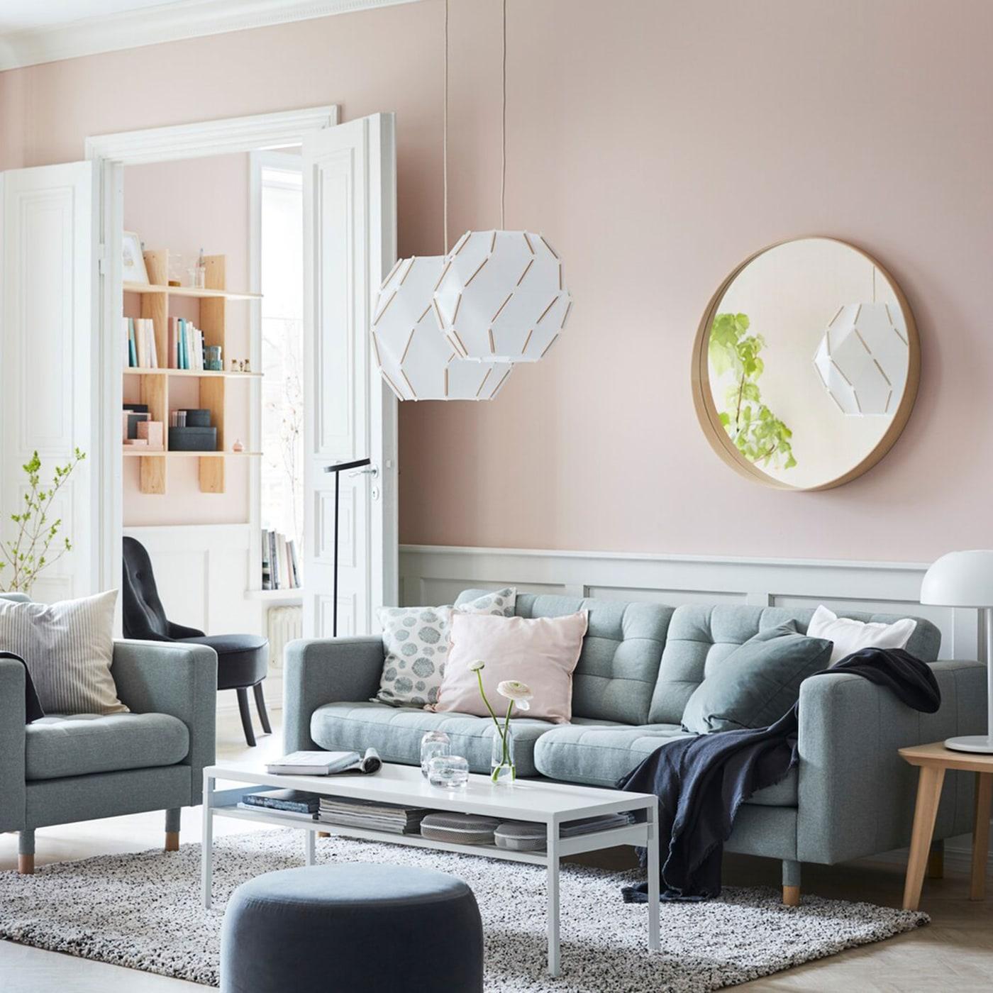 Mach dein Wohnzimmer zu einem friedlichen Raum mit LANDSKRONA 3er-Sofa Gunnared hellgrün/Holz, SJÖPENNA Hängeleuchten und funktioneller YPPERLIG Beleuchtung.