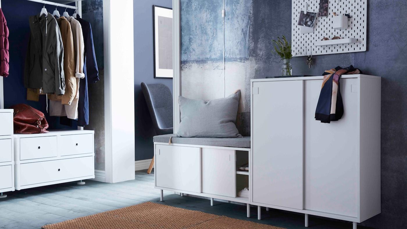 MACKAPÄR bänk med förvaring med en grå kudde samt MACKAPÄR skåp med en och en halsduk i en hall.