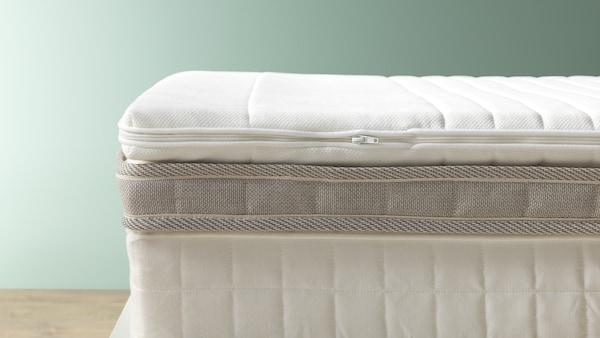 madrasser ligger i lag på seng