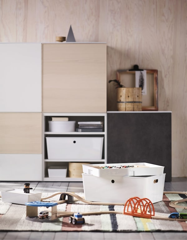 Maintenant, passons au salon. Rangez les jouets des enfants dans des armoires ultrabrillantes équipées d'accessoires d'aménagement intérieur ingénieux, comme les éléments de la collection KUGGIS.