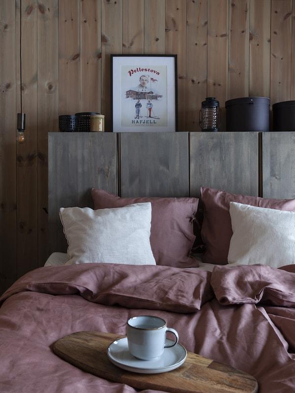 Makuuhuone, jossa on IVAR-kaapeista tehty sängynpääty.