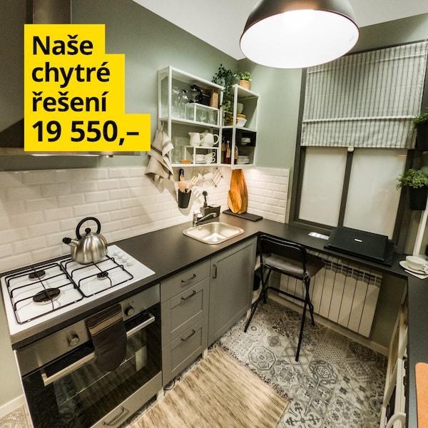Malá kuchyně bez kompromisů v šedo-zelené barvě za 19 550 Kč.