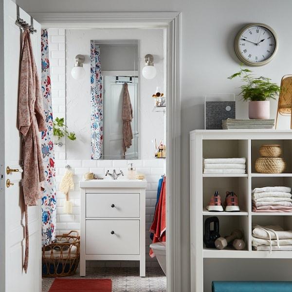Mała łazienka z białą szafką umwalkową z serii HEMNES.