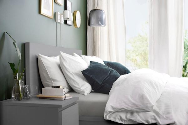 malm ladekast met 2 lades, grijs getoond in de slaapkamer