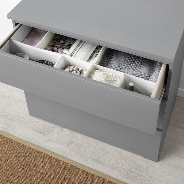 malm ladekast met 3 lades, grijs, met een open lade getoond met accessoires