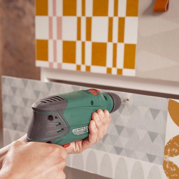 Marquez l'emplacement des poignées et percez un trou dans chaque tiroir.