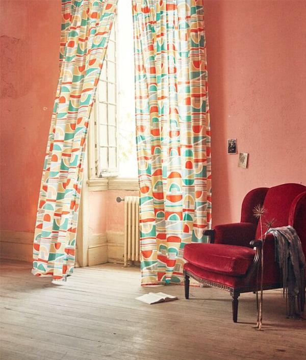 MARTORN gardin med fargerikt, grafisk mønster.