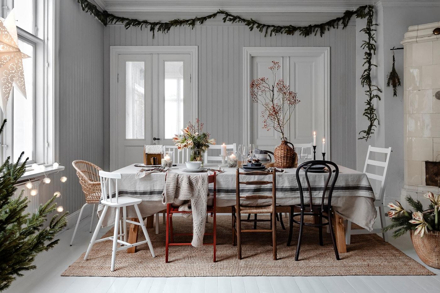 Matplats i vacker och avskalad juldukning med udda stolar.