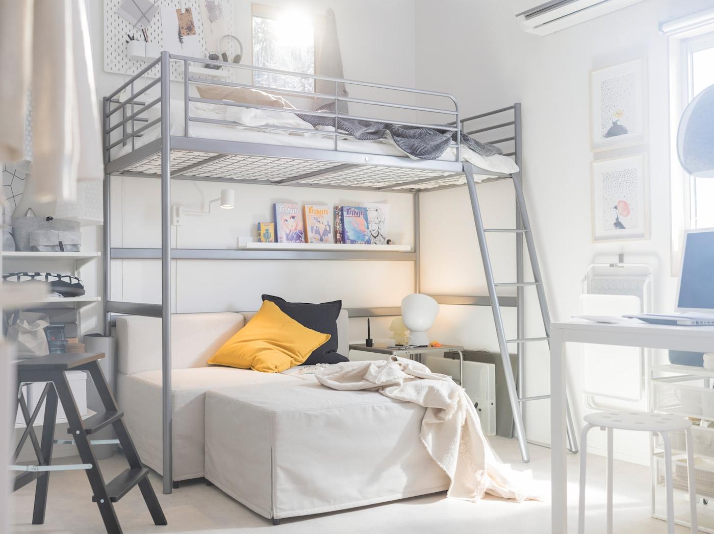 Maximize um espaço pequeno com a estrutura de cama alta em aço SVÄRTA da IKEA e com uma escada. Há espaço para mais uma pessoa em baixo ou para um sofá e um espaço tipo sala.