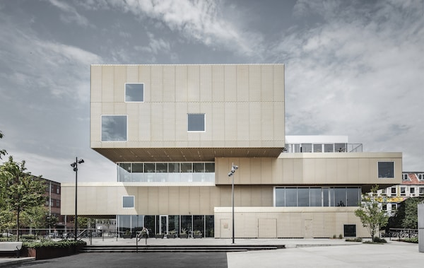 مبنى كبير على شكل كتل مكدسة ومغطاة بالمعدن الذهبي.