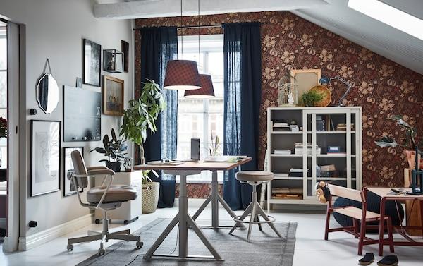 Meja kerja duduk berdiri IKEA IDÅSEN berwarna kuning air, unit laci dan kabinet storan kaca adalah perabot moden dan praktikal yang dapat memberikan lebih keseimbangan kepada pejabat rumah anda.