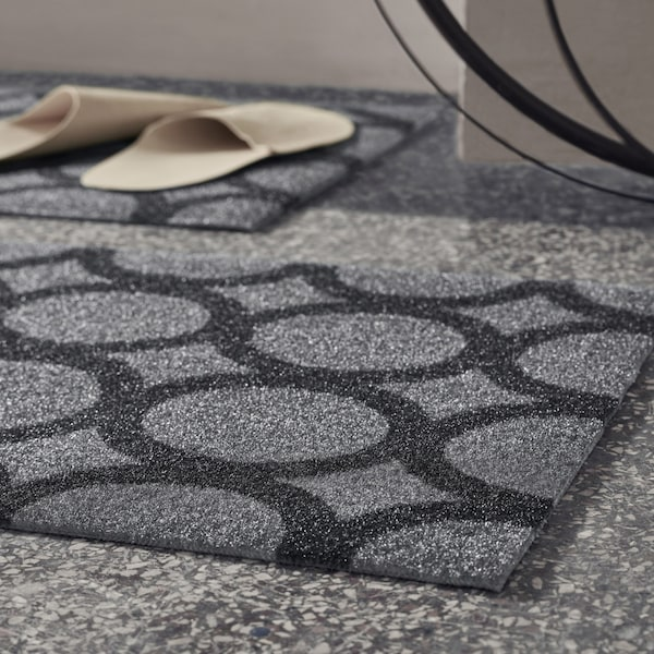 MEJLS dørmatte har et svart og grått mønster og er laget av seks plastflasker.