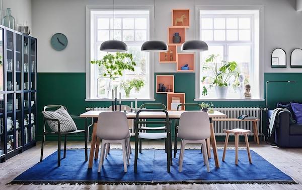 Mélangez la chaise empilable YPPERLIG en vert avec le rabouret YPPERLIG en hêtre et la chaise ODGER en banc/beige pour un coin repas cool et convivial. Les murs verts et blancs renforcent l'athmospère chaleureuse.