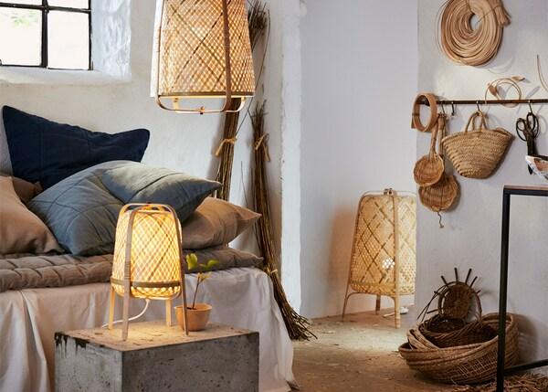 Mesa, chan e lámpadas colgantes KNIXHULT nun dormitorio rústico.