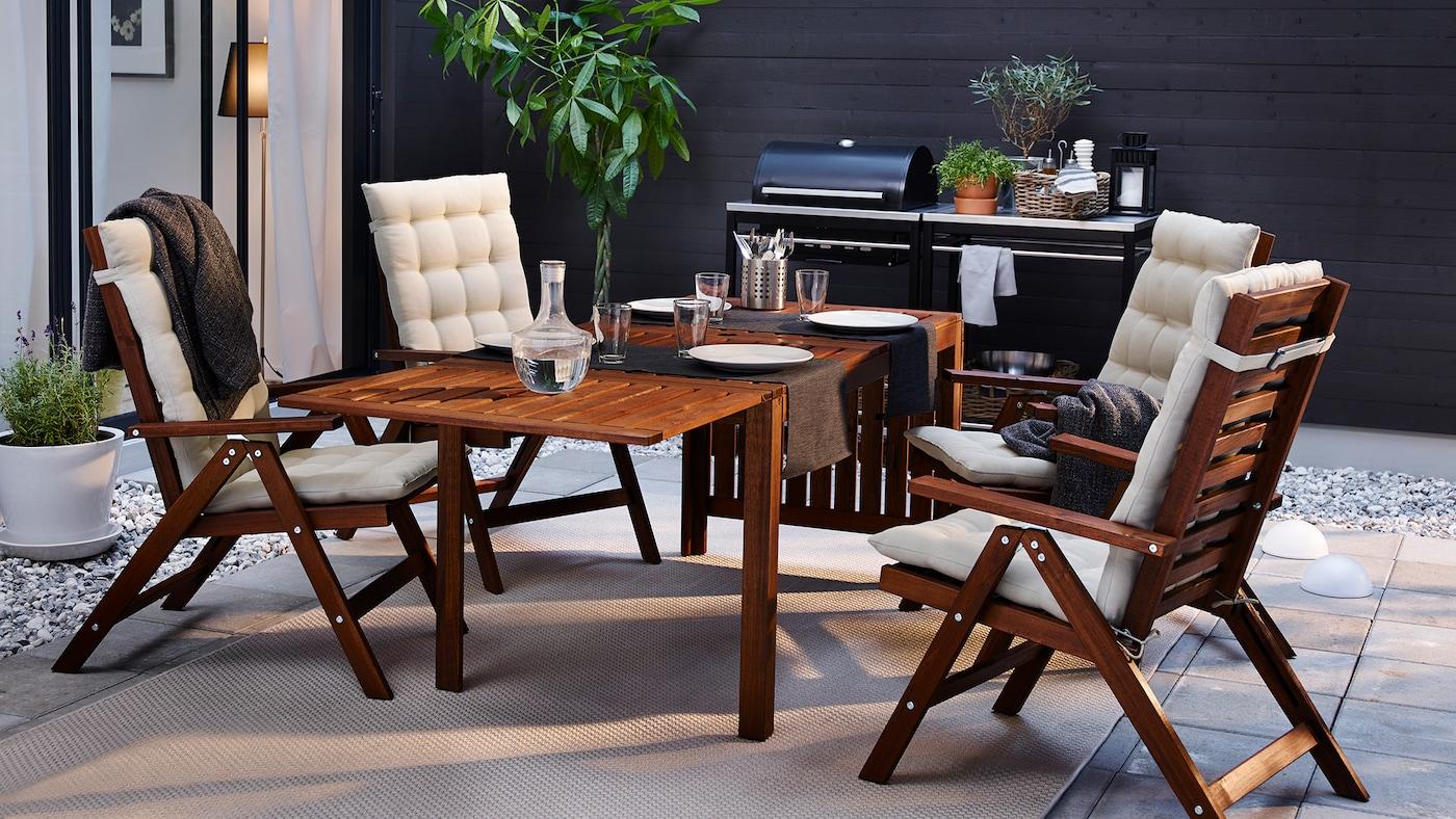 Mesa com quatro cadeiras reclináveis, exterior, velatura castanha