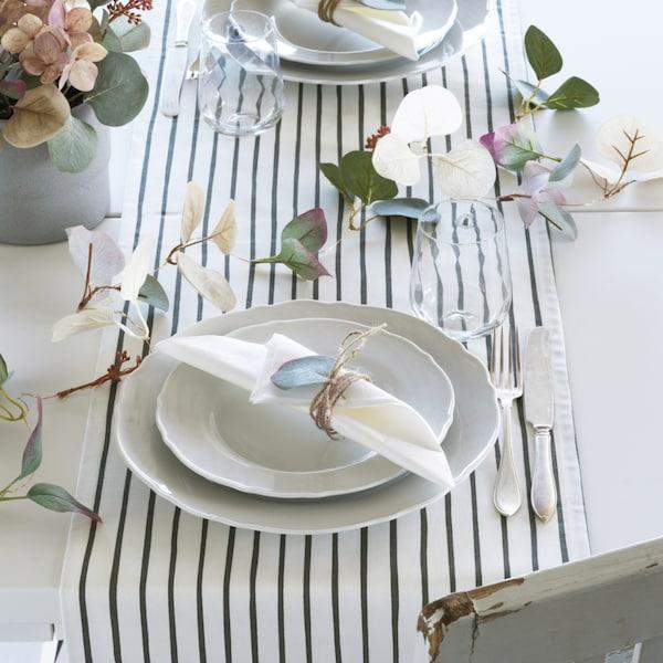 mesa con platos y mantel