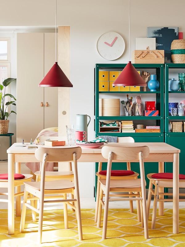 Mesa de comedor con tetera