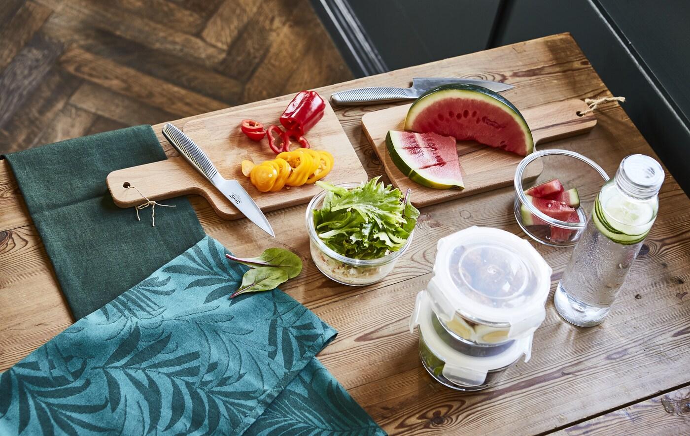 Mesa de madera con verduras, frutas frescas y agua