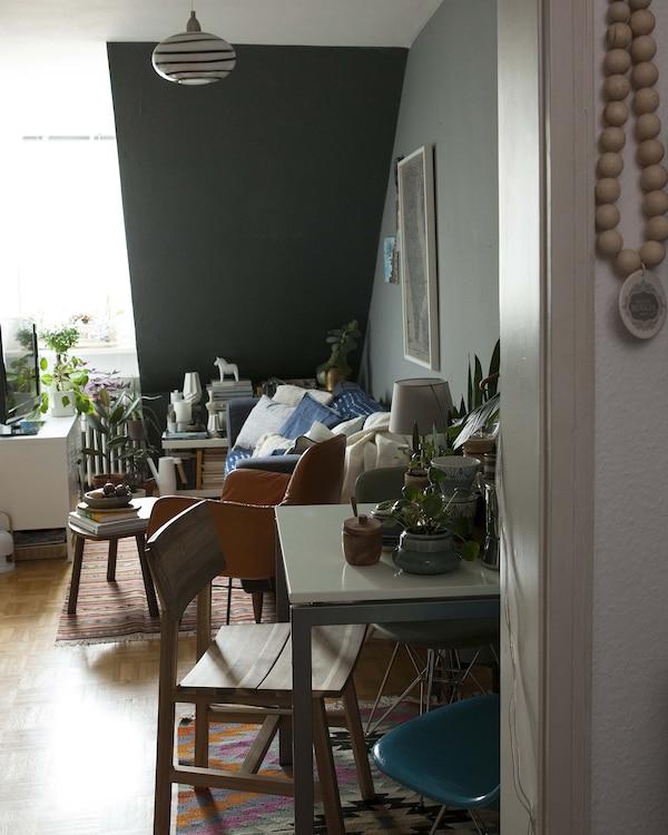 Mesas y sillas bien organizadas para un espacio reducido junto a una pared.