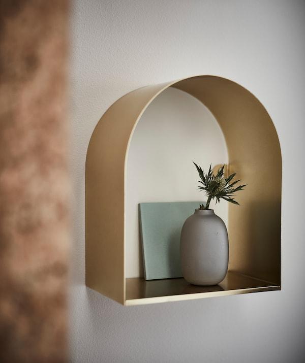 Metallerner Glanz, runde Formen unst scharfe Kanten: TOSSÅSEN Wandregal messingfarben kombiniert all das mit eleganter Einfachheit.