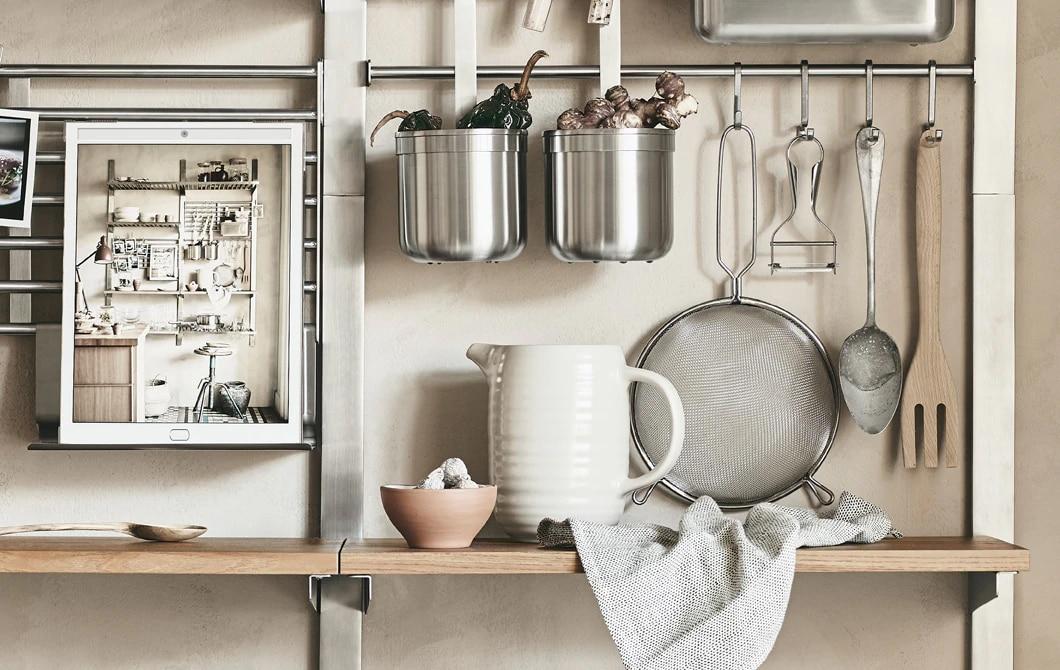 Металлические рейлинги и деревянные полки с кухонными принадлежностями.