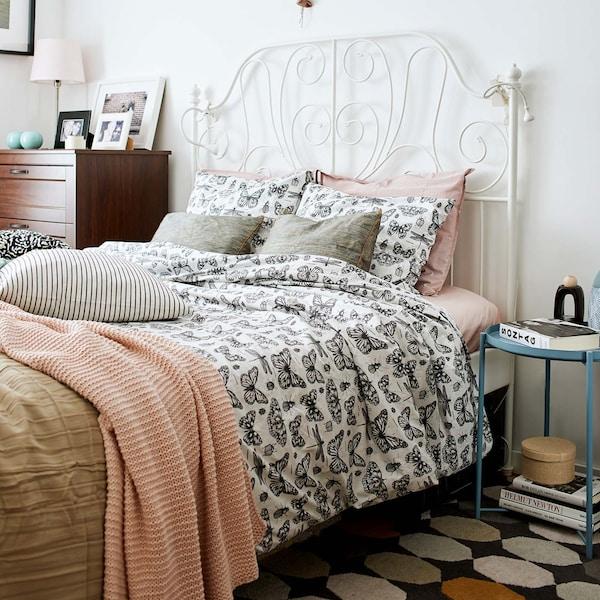 Metallinen sängynrunko, jossa on yhdistelmä eri värisiä vuode vaatteita