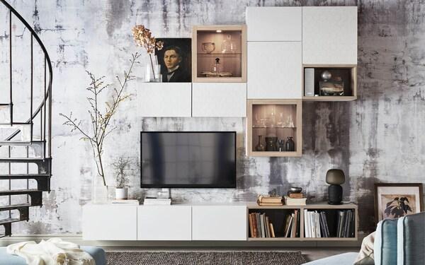 Meuble-paroi avec de nombreux modules couleur blanc et plaqué chêne blanchi.
