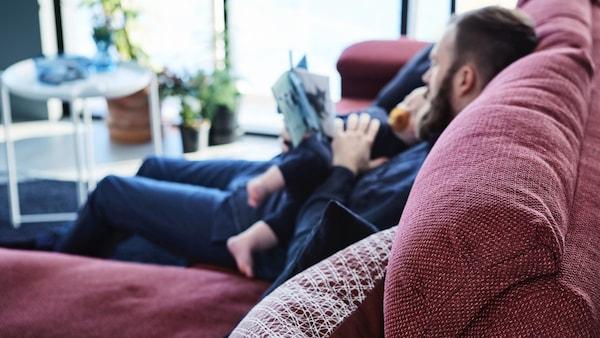 Mężczyzna na sofie z dzieckiem