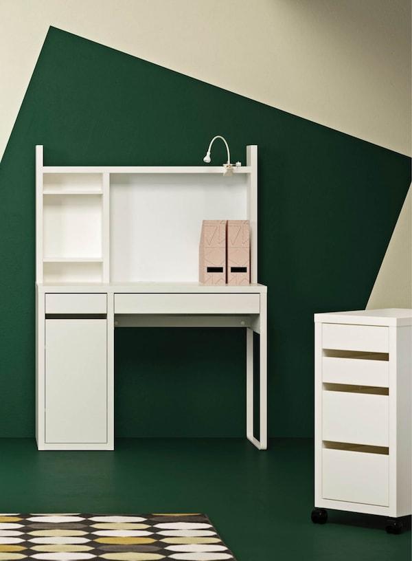 MICKE Schreibtisch in weiß vor einem grünen Hintergrund