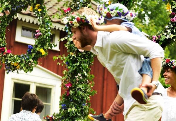Midsommar Fest Feier mit der Familie und Freunden