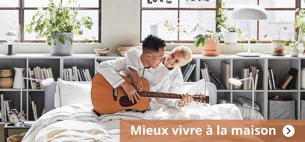 Mieux vivre à la maison, homme e femme dans une lit blanc avec une guitar