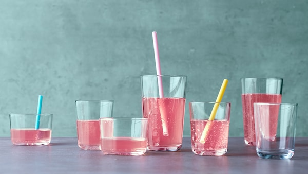 Mindenféle pohárban rózsaszín ital.