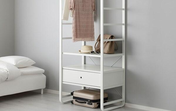Minimalistin unelma. Valkoinen ELVARLI-hyllykokonaisuus sisältää kaiken tarpeellisen eikä mitään ylimääräistä. Virtaviivainen ja puhdaslinjainen valkoinen IKEA ELVARLI-säilytyshylly antaa tilalle kauniin minimalistista tyyliä.