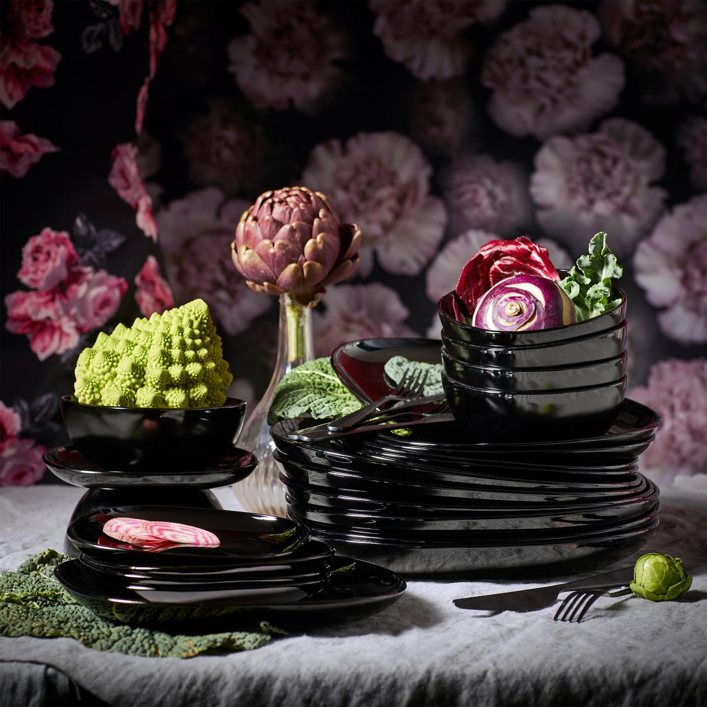Mit BACKIG Tellern in Schwarz wird aus jedem Essen ein Sternegericht. Neben quadratischen, aber weichen Linien überzeugt das Geschirr auch mit einer nachhaltigeren Produktion.