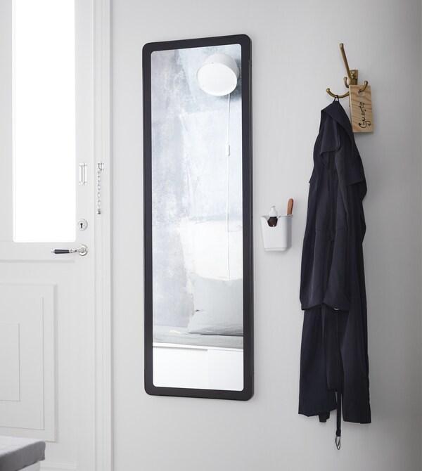Mit cleveren Vorzimmerlösungen von IKEA kannst du dein Vorzimmer bestens aufpeppen. Wenn du morgens gern in Eile bist und dich schnell fertig machen musst, empfehlen wir Make-up in einem Besteckständer in Nähe des Spiegels aufzubewahren. So bist du im Nu ausgehbereit.