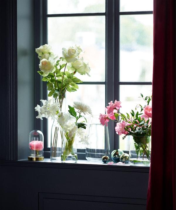 Mit ein paar IKEA BERÄKNA Vasen lassen sich schöne Blumenarrangements zusammenstellen.
