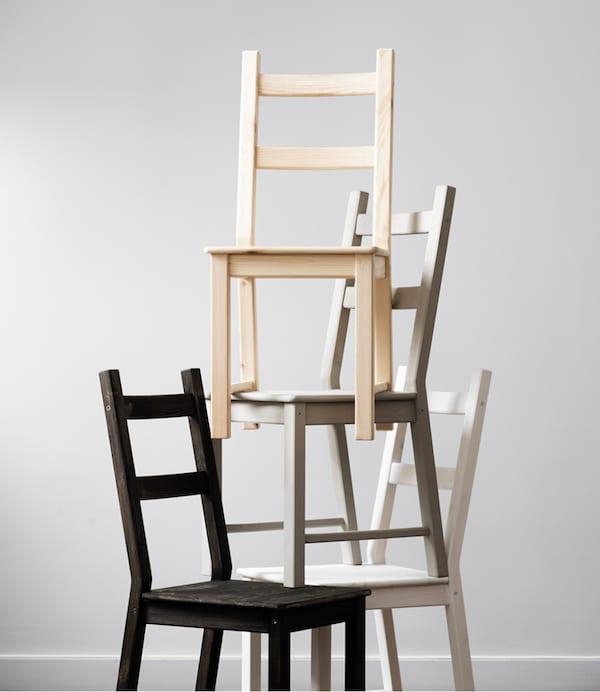 Mit einer Klarlackschicht bringst du deine IVAR Stühle auf direktem Wege in die Moderne! Und wenn du schon dabei bist, male die Holzoberflächen doch einfach in unterschiedlichen Farbtönen! Hier u. a. mit BEGÄRLIG Vase in Klarglas.