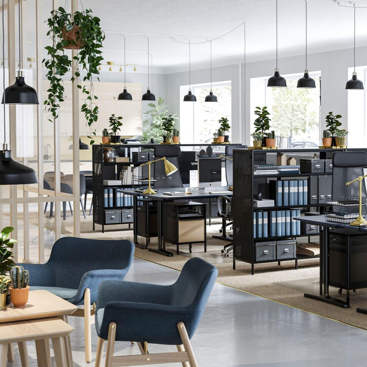 Mit funktionellen Möbeln aus der IKEA BEKANNT Serie mit Sitz- und Stehschreibtischen, wie hier BEKANNT Sitz- und Stehschreibtisch mit blauer Linoleumtischplatte, Regalen und cleverer Aufbewahrung und vielen Grünpflanzen lässt sich leicht eine Arbeitsumgebung schaffen, in der man kreativ arbeiten kann.