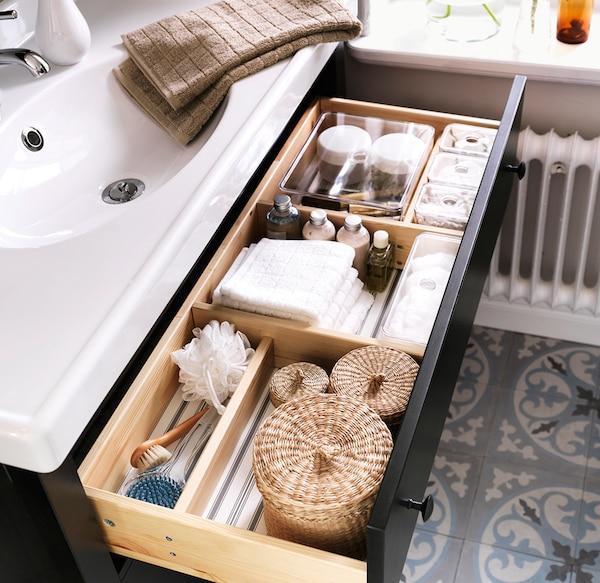 Mit geschlossenen Ordnungssystemen wirkt das Bad aufgeräumter und Dinge sind schneller zur Hand.