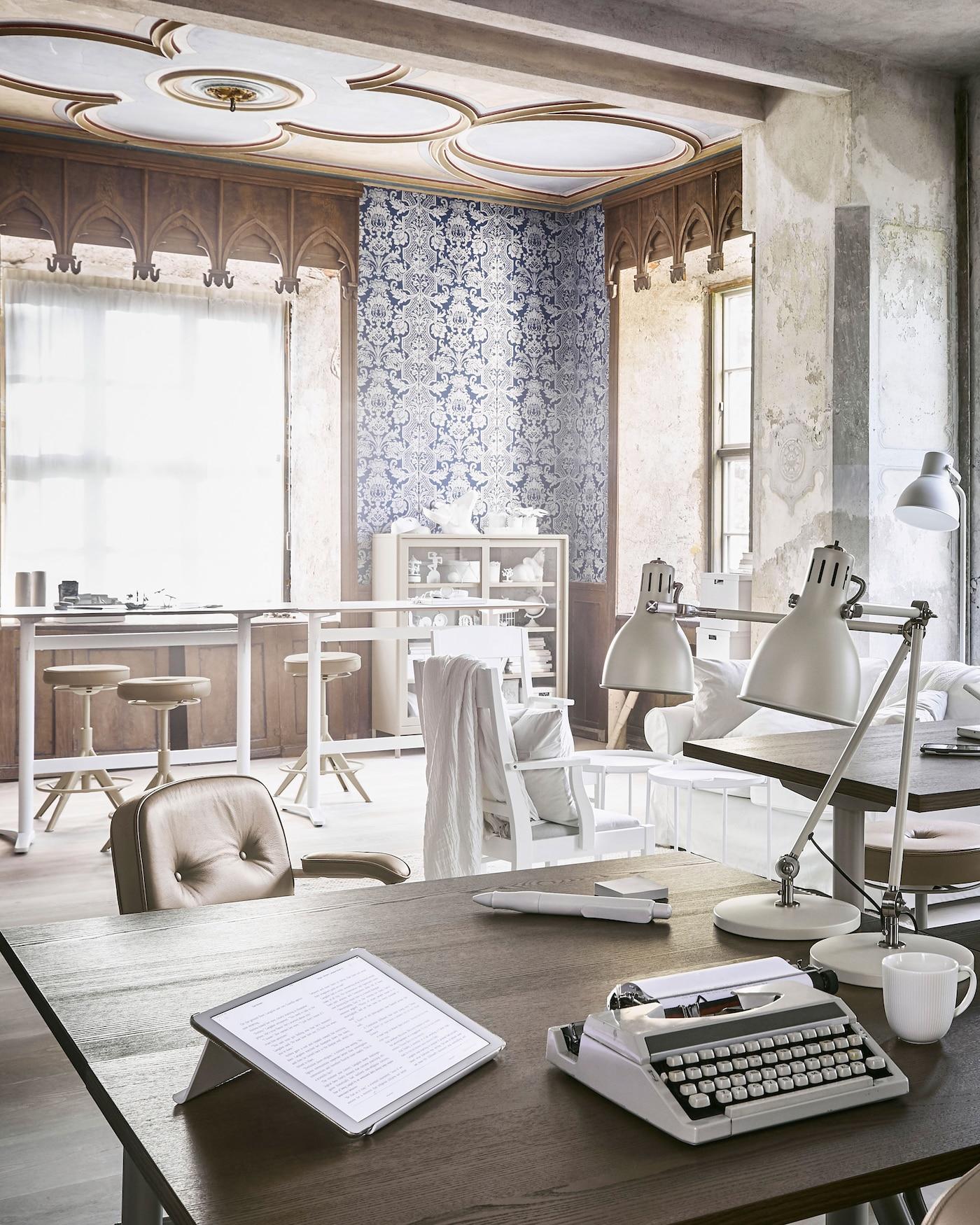Mit IDÅSEN Schreibtisch von IKEA lässt sich die Arbeitsposition leicht von Sitzen nach Stehen verlegen. Der Tisch ist passend zu aktuellen Trends in Braun und Beige erhältlich. Die Höhe des Tisches lässt sich übrigens manuell oder über eine App steuern.