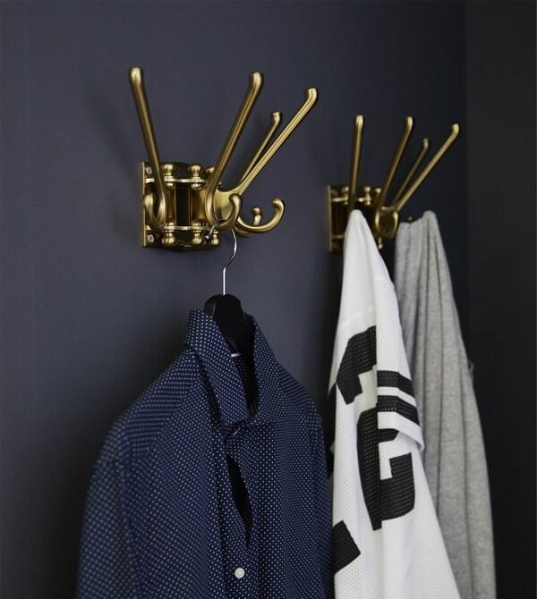 Mit KOMPLEMENT Ausziehböden in Schwarzbraun kannst du deine Kleidung bestens organisieren und schon verläuft deine Morgenroutine ein kleines bisschen reibungsloser. Da dieser Ausziehboden schön flach ist, siehst du kleine Accessoires wie Gürtel und Fliegen im Nu.