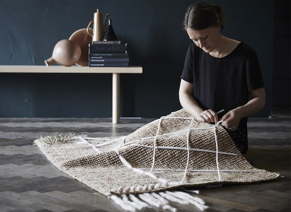 Mit LOHALS Teppich flach gewebt natur kannst du dir deinen ganz eigenen, selbst gestalteten Teppichschmuck kreieren. An der flach gewebten Jute lassen sich Fäden, Schnur oder Stoffreste nämlich wunderbar einfach befestigen.